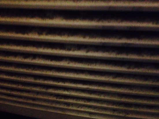 Howard Johnson Inn London: Heater/AC vents clogged with dust