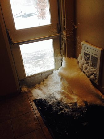 Howard Johnson Inn London: Outside doors with no weather seals. Snowdrifts in the entranceway.