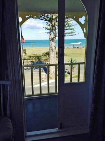 Mon Logis Bed and Breakfast: View across Marine Parade to park & ocean