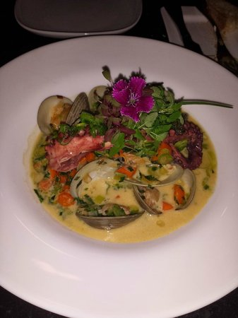 Ile Flottante: Seafood chowder