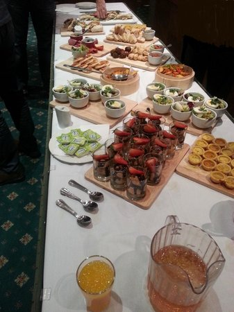 Brierley Hill, UK: Lunchtime Buffet for 12 - Excellent!