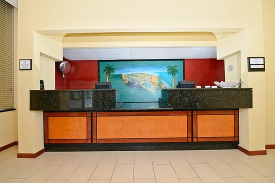 Lexington Inn & Suites: FrontDesk