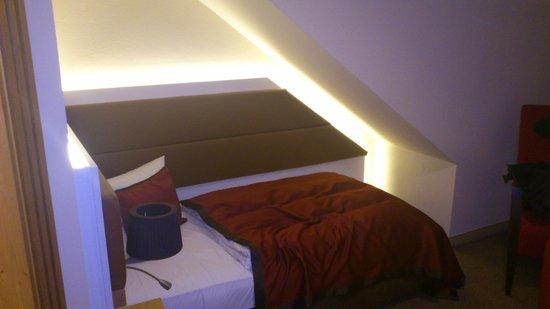 Bett Unter Dachschräge mini bett mit mini matratze unter der dachschräge bild