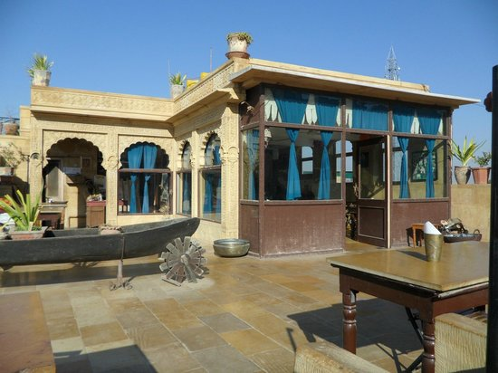 Hotel Shahi Palace: Rooftop restaurant with both inside and outside seating
