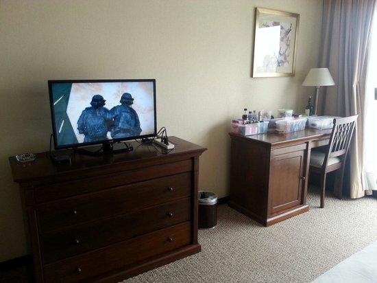Howard Johnson Plaza Jujuy: Muebles con cajones amplios muy cómodos, televisión moderna, escritorio con frigobar. Cómodos y