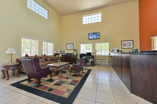 Lexington Inn & Suites: Lobby