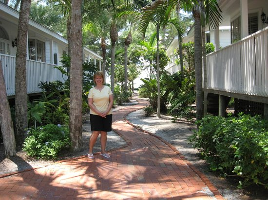 Little Gull Cottages: Walking path to the beach, units on either side