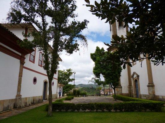 Igreja Nossa Senhora do Carmo: Átrio da Igreja e Casa do Noviciado (atualmente abriga o Museu do Oratório)