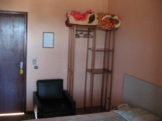 Hotel Iguacu: Sofá e prateleira