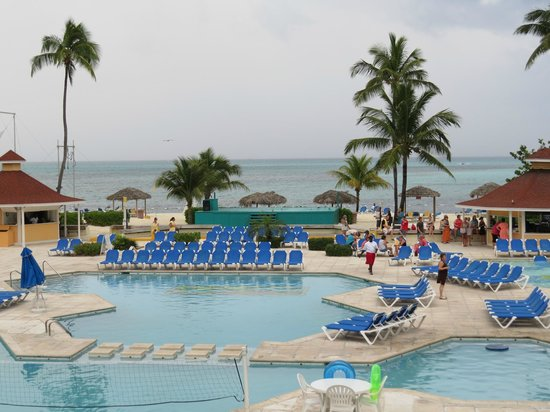 Breezes Resort & Spa Bahamas : Here is the pool/Beach area