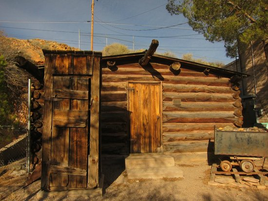 Geronimo Springs Museum: Cabin from the outside