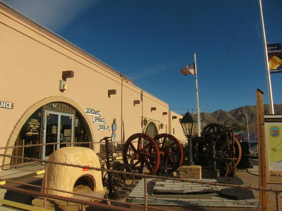 Geronimo Springs Museum: The front of the museum