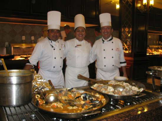 Hotel Riu Palace Riviera Maya: international chefs in main dining room with chefs in training