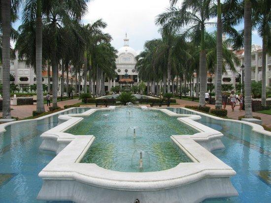 Hotel Riu Palace Riviera Maya: Hotel Grounds-Courtyard
