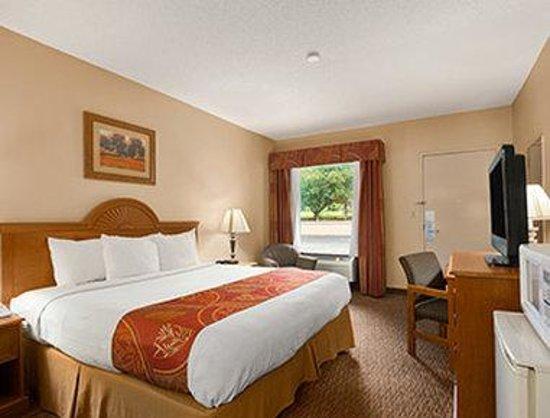 Days Inn Alexander City: Standard King Bed Room