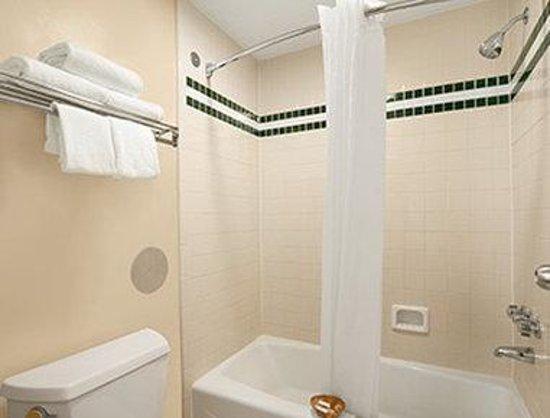 Days Inn Alexander City: Bathroom