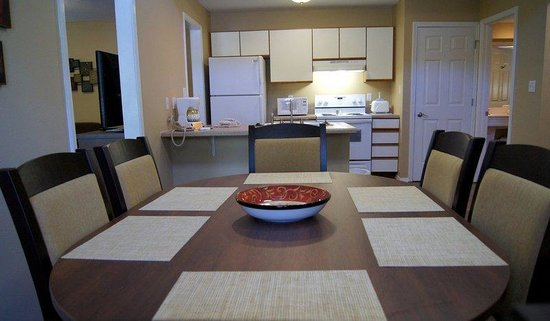The Townhouses: Dining Area