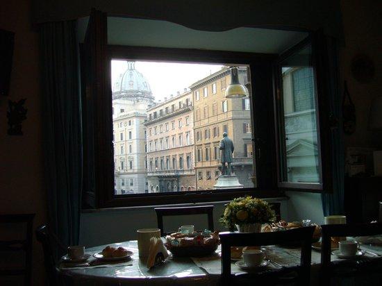 Hotel Primavera : La vista a la calle y el desayuno servido