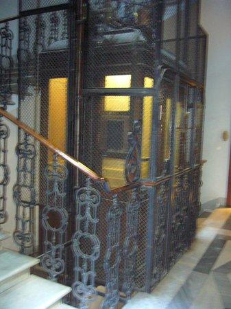 Hotel Primavera : Caja de escaleras y ascensor