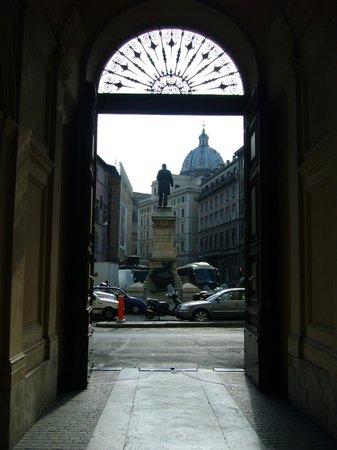 Hotel Primavera : La Piazza San Pantaleo desde el ingreso al Hotel