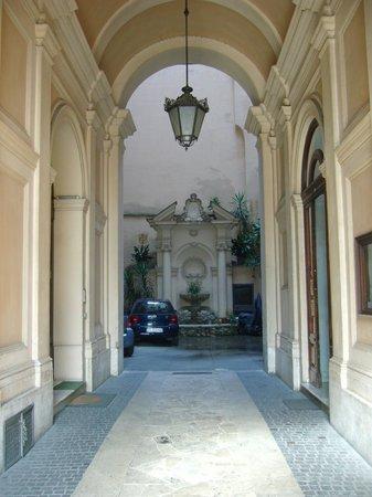 Hotel Primavera : Patio del edificio en donde funciona el hotel, desde el portal de ingreso