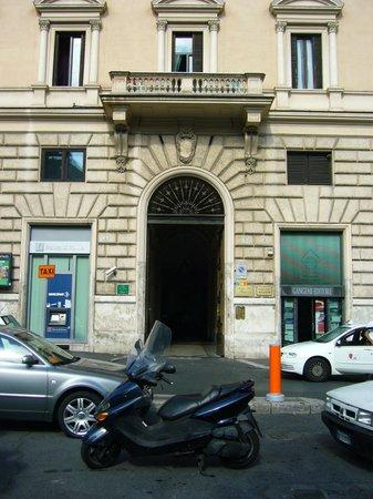 Hotel Primavera : El Portal de ingreso al edificio en donde funciona el hotel