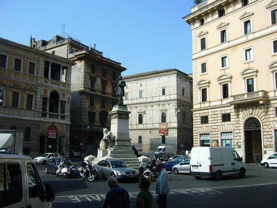 Hotel Primavera : El edificio del hotel desde Piazza San Pantaleo