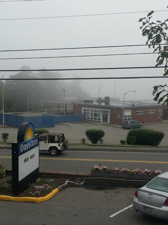 Days Inn Bar Harbor/Frenchman's Bay: The view from the room is not that glam but beyond the fog there is water - so they tell me
