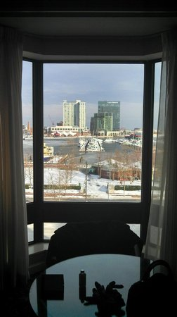 Royal Sonesta Harbor Court Baltimore: View from basic room with king size bed, harbor view