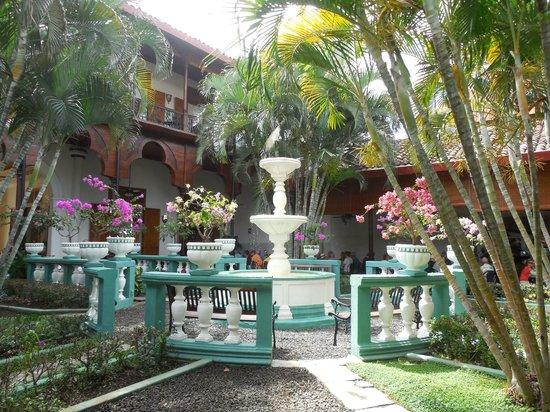 Restaurante El Tranvia: Fountain in courtyard