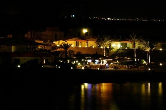 Coral Garden Resort and Dive Centre: Hotel at night