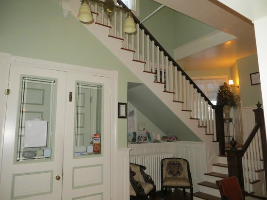 The High Street Inn Bed & Breakfast: Entrance & stairway