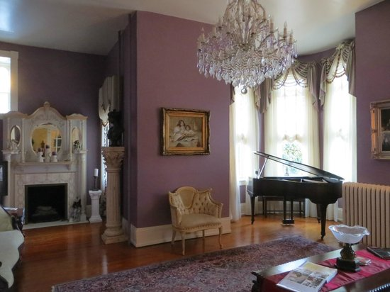 The High Street Inn Bed & Breakfast: Beautifully decorated living room