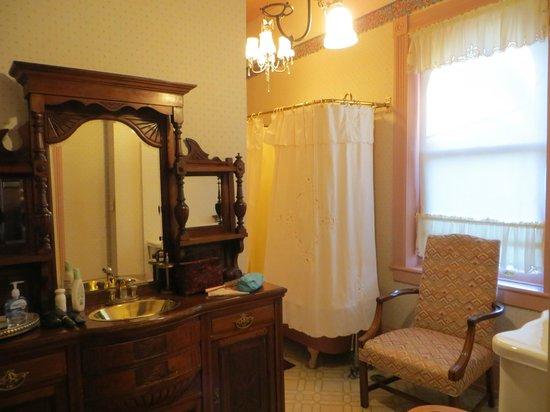 The High Street Inn Bed & Breakfast: Bathroom in guest room