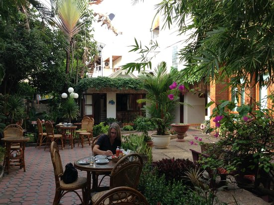 Mali Namphu Hotel: Breakfast area gardens