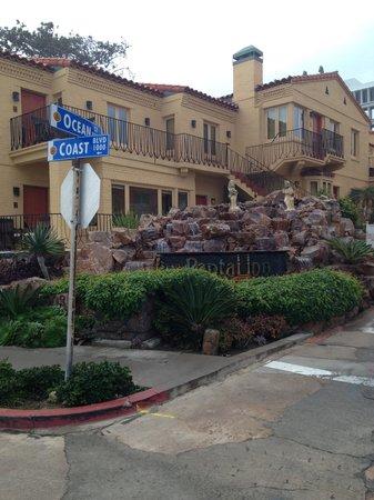 Pantai Inn: Street view