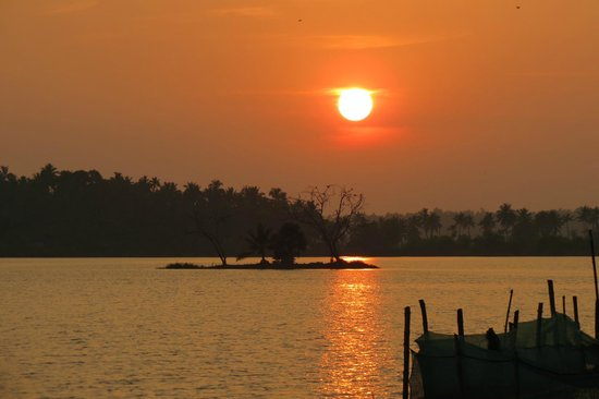 Fragrant Nature Backwater Resort & Ayurveda Spa: sunset on the backwaters