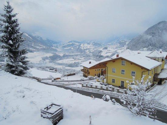 Bergkristall Alpendorf: uitzicht vanuit de kamer, dit is niet het huis!