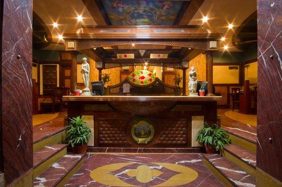 Hotel SunStar Grand: Front desk