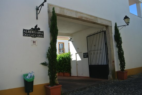 Albergaria do Calvario: street entrance way