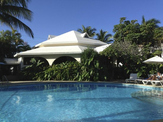 Coconut Palms Resort: Pool and Palm Court Restaurant