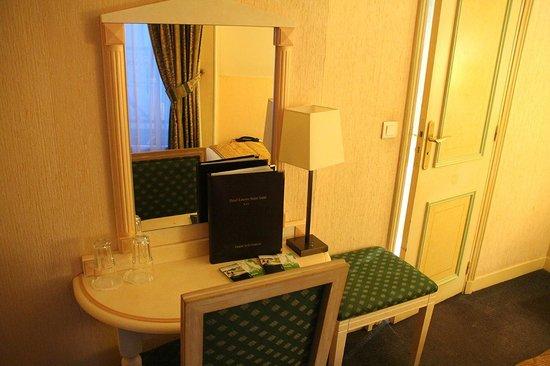 Hotel Louvre Sainte Anne: Escrivaninha