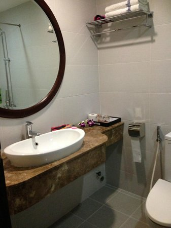 Hanoi Charming 2 Hotel : nice clean bathroom