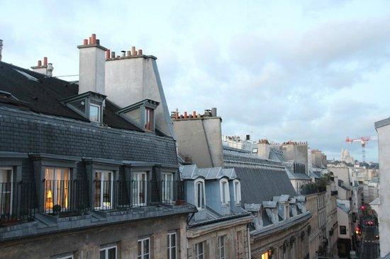 Hotel Louvre Sainte Anne: Vista dos telhados de Paris do nosso balcão