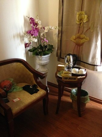 Hanoi Charming 2 Hotel: chair and flowers in the room very nice.