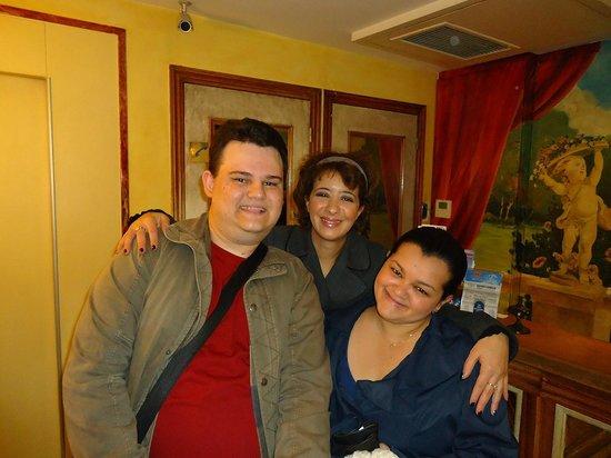 Hotel Louvre Sainte Anne : Munira - recepcionista que nos fez sentir em casa...