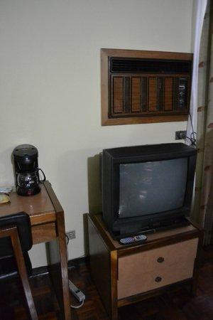 Hotel Villa Tournon: TV y cafetera de la habitacion