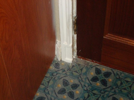 Veneto Hotel & Casino : Not sure what's going on with the door jamb