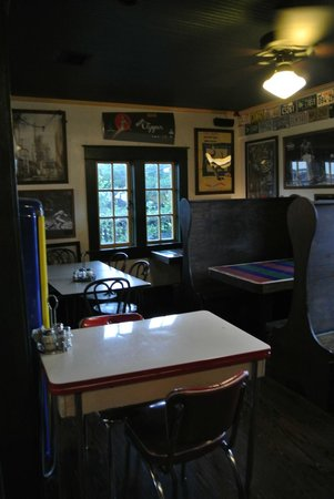 Cappy's Pizzeria: dining room