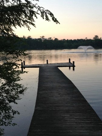 Otter Lake Camp Resort: Fishing pier across from the outside pool area